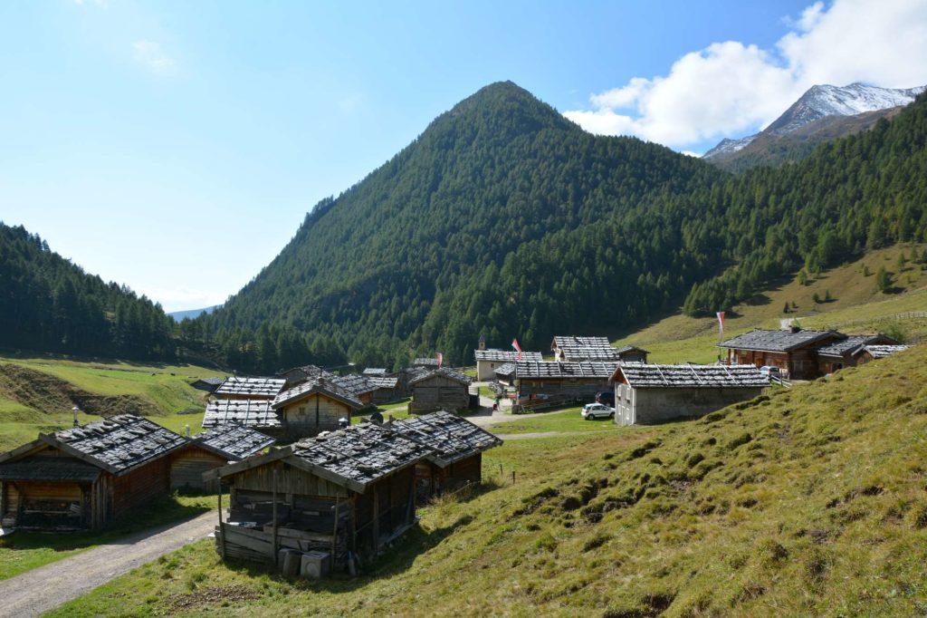 Der Blick über die schönen Holzdächer der Fane Alm in Südtirol