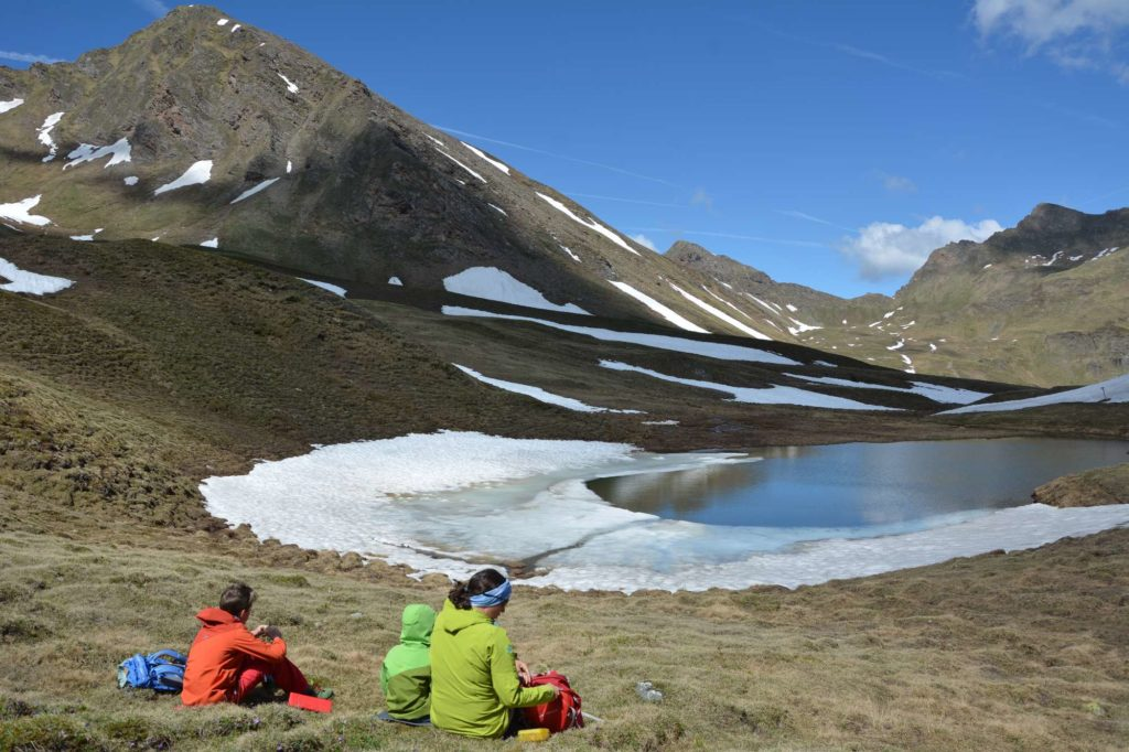 Der Marblsee in Südtirol nach der Schneeschmelze im Juni