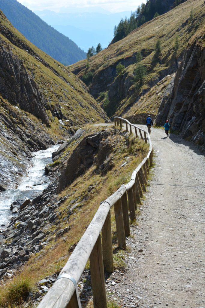 Fane Alm Wanderung - oberhalb vom Almdorf durch die Valser Schramme wandern